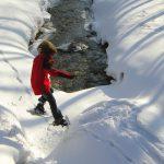 Schneeschuh-Action (Kind springt mit Schneeschuhen)