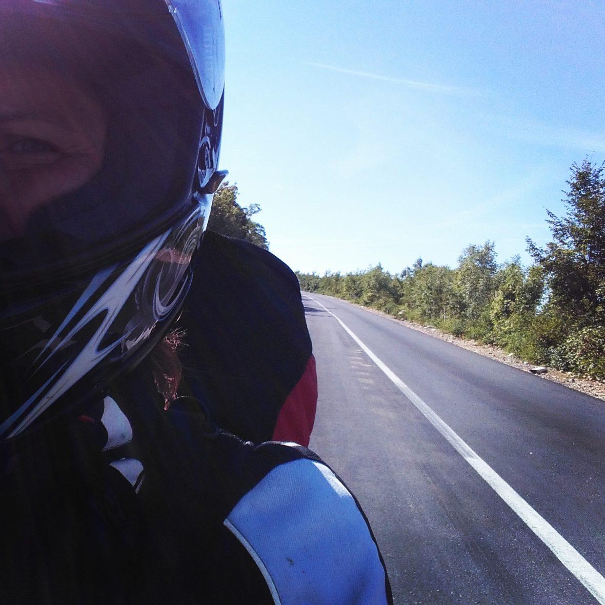 Selfie, Straße nach hinten fotografiert (leer)