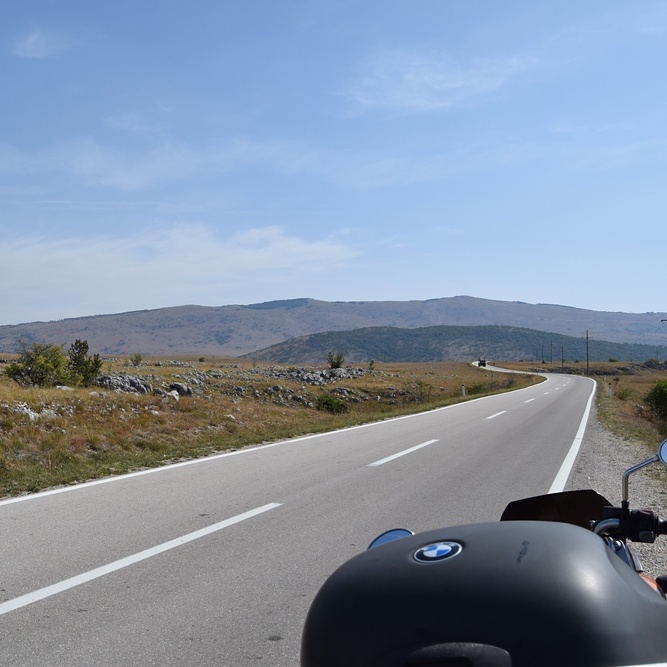 Endlose Straße und Balkan-Berge